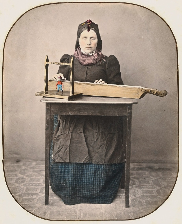 woman-with-langeleik-slidre-in-valdres