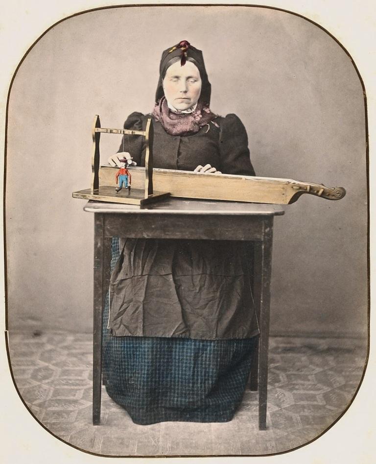 woman-with-langeleik-slidre-in-valdres