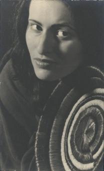 frauenportrat-mit-bastkorb-um-1932