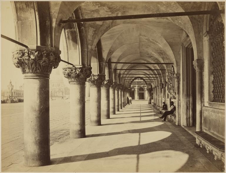 portico-inferiore-del-palazzo-ducale