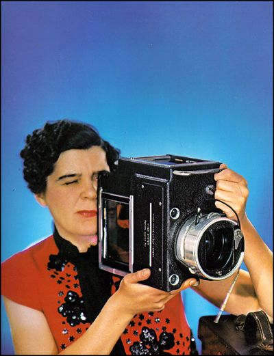 madame-yevonde-self-portrait-with-vivex-camera-1937