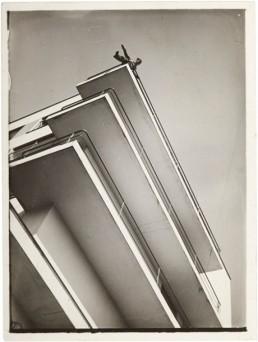 xanti-schawinsky-on-a-bauhaus-balcony-1928