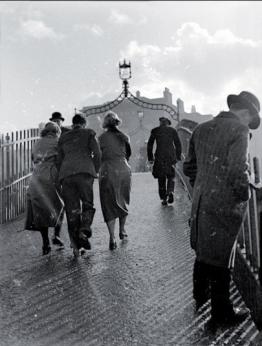 Francis Browne (1930) A sleety day, Halfpenny Bridge, Dublin