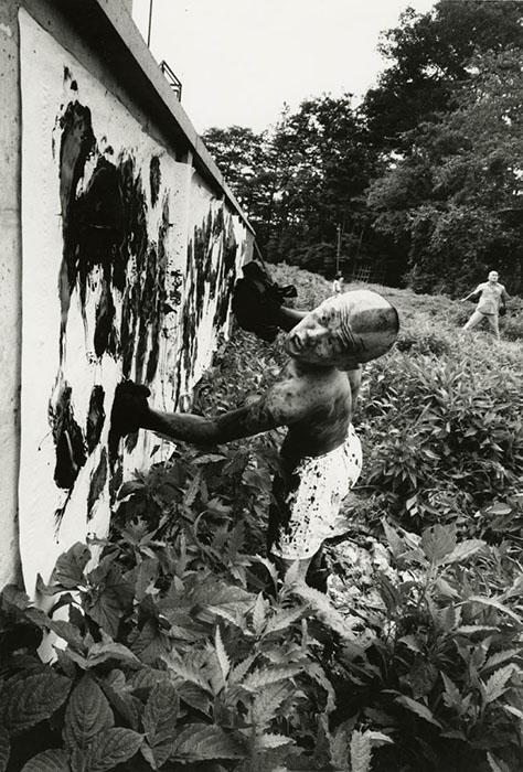 William Klein (1961) Boxer-painter Ushio Shinohara. Tokyo