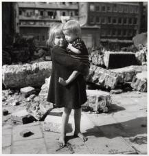 Emmy Andriesse (1945) Girl clutching malnourished brother
