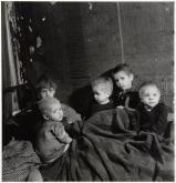 Emmy Andriesse (1945) Children huddle under blankets in Kattenburg.