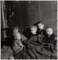 Emmy Andriesse (1945) Children huddle under blankets in Kattenburg.