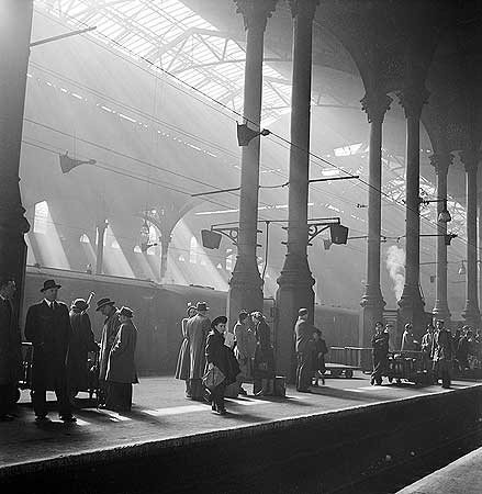 passengers-waiting-for-a-train-on-a-platform-at-liverpool-street-station-1947-48