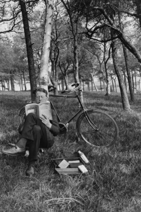 self-portrait-reading-the-national-geographic-1925