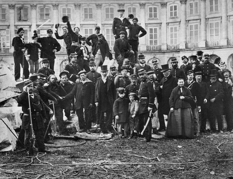 national-guards-and-curious-citizens-at-the-foot-of-the-vendome-column