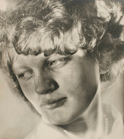photograph-junge-arbeiterin-young-working-woman-from-the-kopfe-des-alltags-everyday-faces-series-ii-1930