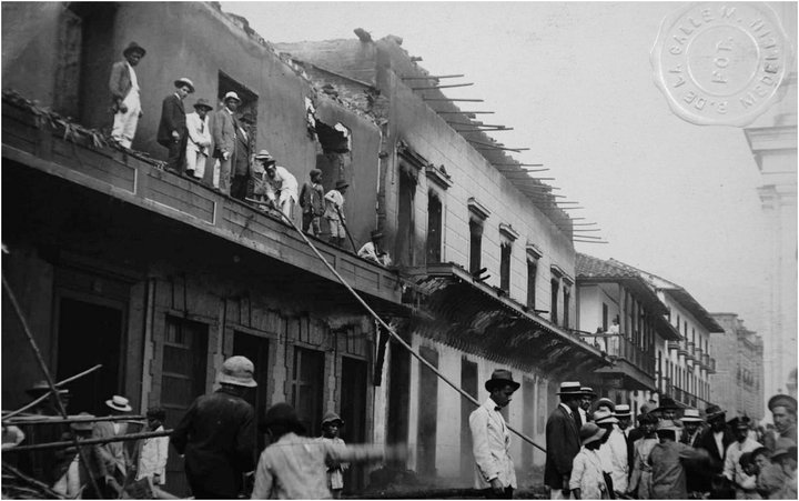Fire on the north side of Parque Berrio on March 27, 1916 Costado Hotel Lusitania (left on the street Boyacá)