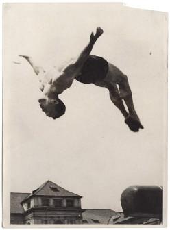 KAREL HAJEK (1900-1978) CORPS EN SUSPENSION ET DEMONSTRATIONS, 1935-38 5 épreuves argentiques originales, tampon et annotations manu...