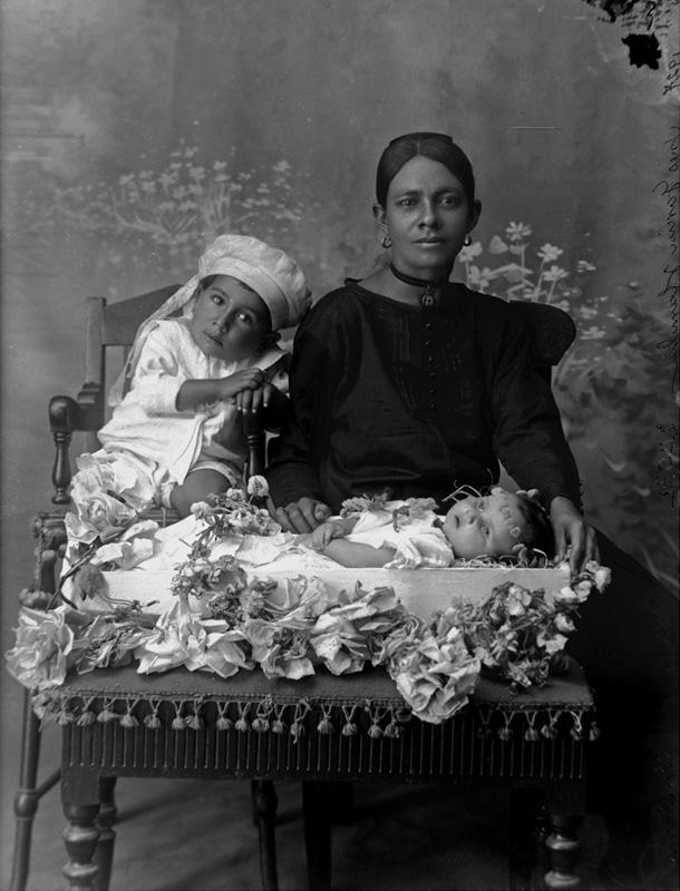 Medellín 1927. Inés García y familia. Fotógrafo- Benjamín de la Calle