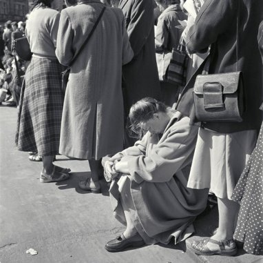 Maria Austria (1950) Waiting in line at the theater, Holland Festival, Amsterdam