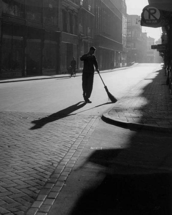 Kees Scherer foto Amsterdam 1956, Straatveger in de Damstraat