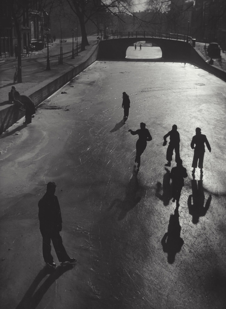 Skaters on the Keizersgracht in Amsterdam. 1948-1953