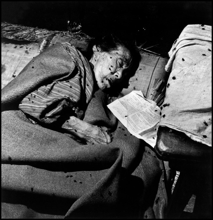 Wayne Miller An elderly lady in a makeshift hospital in the bank of Kango Ginku. Hiroshima, Japan. September 8, 1945