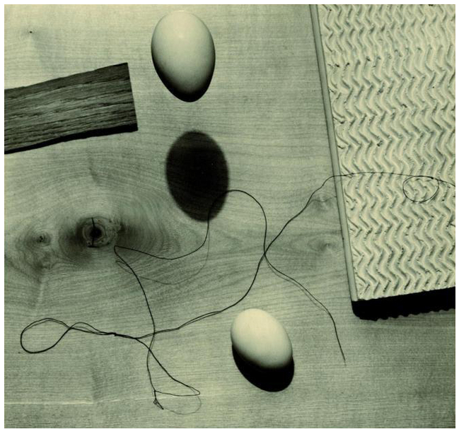 Walter Peterhans, Still life with floating egg | Stilleben mit schwebendem Ei, 1930. Bauhaus Dessau.