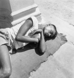 Paul Almasy (1950s) Man asleep on Chowringhee Road in Calcutta