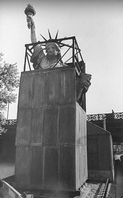 Pavel Jasanský (1967) Statue of Liberty, Paris.