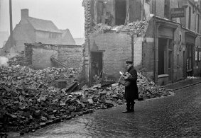 G.B. ENGLAND. Coventry. A postrman on his rounds finds the address on his envelope is a smoking ruin. 1940.