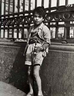 Child with gun. Barcelona, 1959
