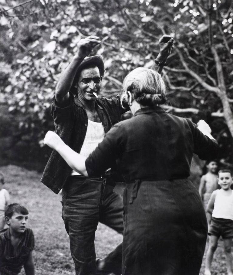 Vaquero bailando con una señora