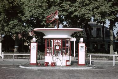 Meeussen, Victor (1957) Esso-tankstation.
