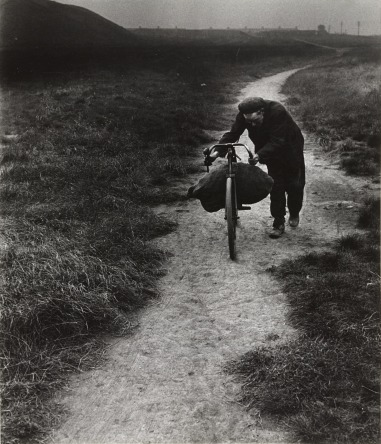 Bill Brandt (1937) Coal-Searcher Going Home to Jarrow. Gelatin silver print, printed 1960s, 22.9 x 19.7 cm.