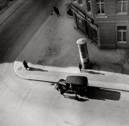 Eva Besnyö (1931) Starnberger Straße Berlin, Silver gelatin photograph. Maria Austria Instituut Amsterdam