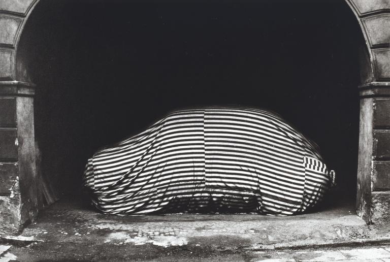 Na pražském dvoře , 1968 vintage gelatin silver print 24.8 × 36.8 cm