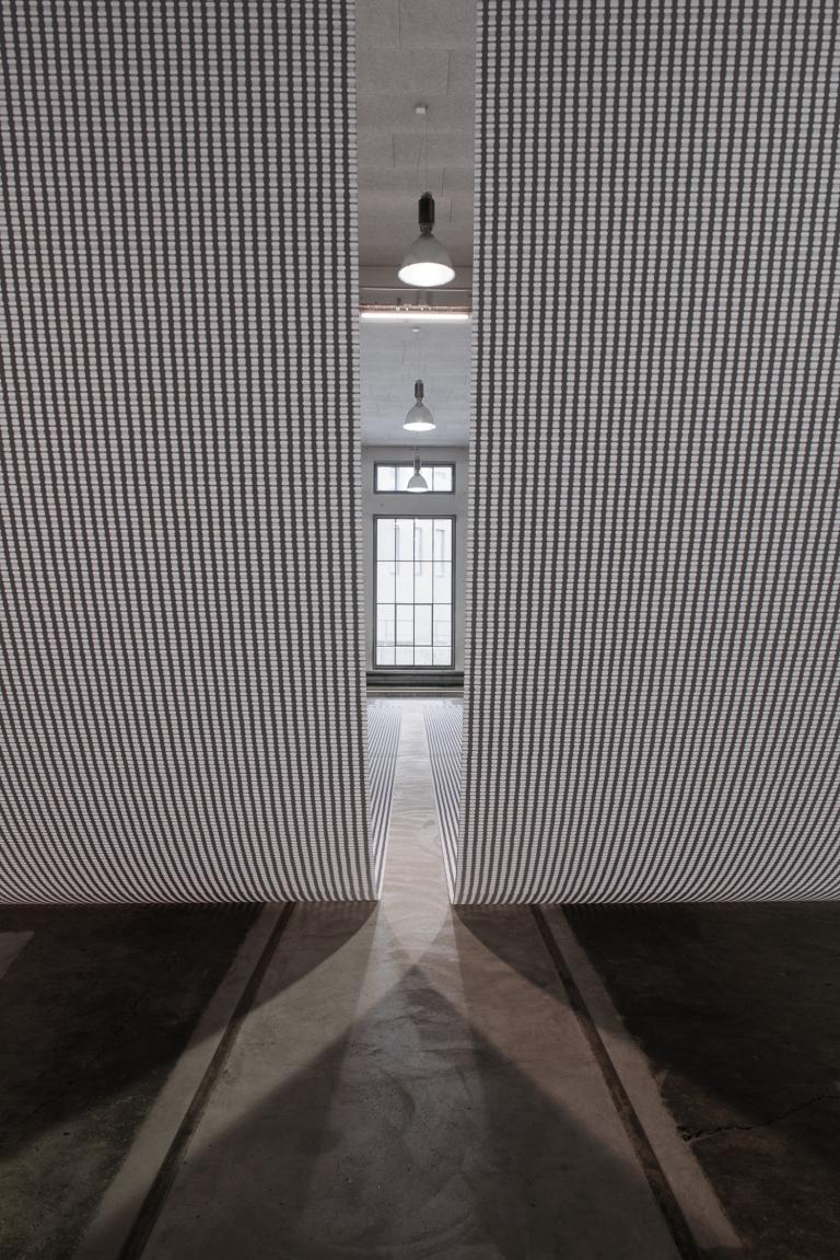16_Installationsansicht_BettinaPousttchi_Protection_Lokremise_St.Gallen_Foto_Sebastian_Stadler