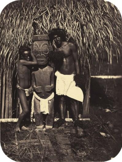 Paul-Émile Miot (c.1869-1870) Deux naturels près d'une idole, îles Marquises Albumen print. Galerie Daniel Blau