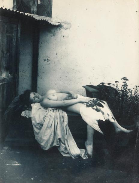 Vincenzo GALDI (1871-1961) Léda, circa 1900, tirage au charbon avec virage bleu d'après négatif verre, 222 x 167 mm (restauration). Timbre au dos « Vincenzo Galdi , via campagnia rom