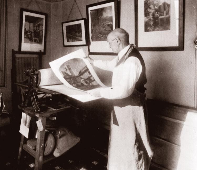 Un altre instantània en què Joaquim Pla Janini observa una de les seves fotografies al seu laboratori. Barcelona, anys 1960. [Joan Pujol]