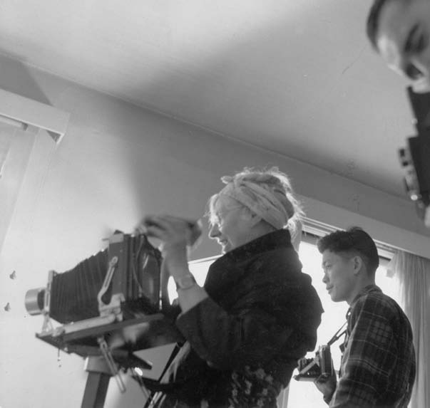 Nata Piaskowski. Imogen Cunningham and Charles Wong photographing. 1950