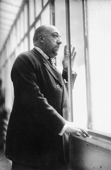 Séeberger Frères (1927) Paul Poiret in his studio on avenue Victor-Emmanuel.