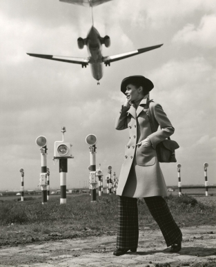Séeberger frères (1961 or 1962) fashion at Orly airport