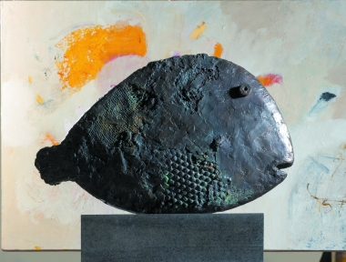 James McArdle (2018) Bronze-cast Fish in front of detail of painting on canvas, Lynne Edey studio, Castlemaine.