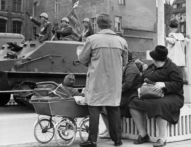 Stiftung-Reinbeckhallen-Roger-Melis-The-East-Germans-Die-Ostdeutschen-01-Roger-Melis-Parade-zum-Tag-der-Befreiung-Berlin-1965-©-Roger-Melis-Estate