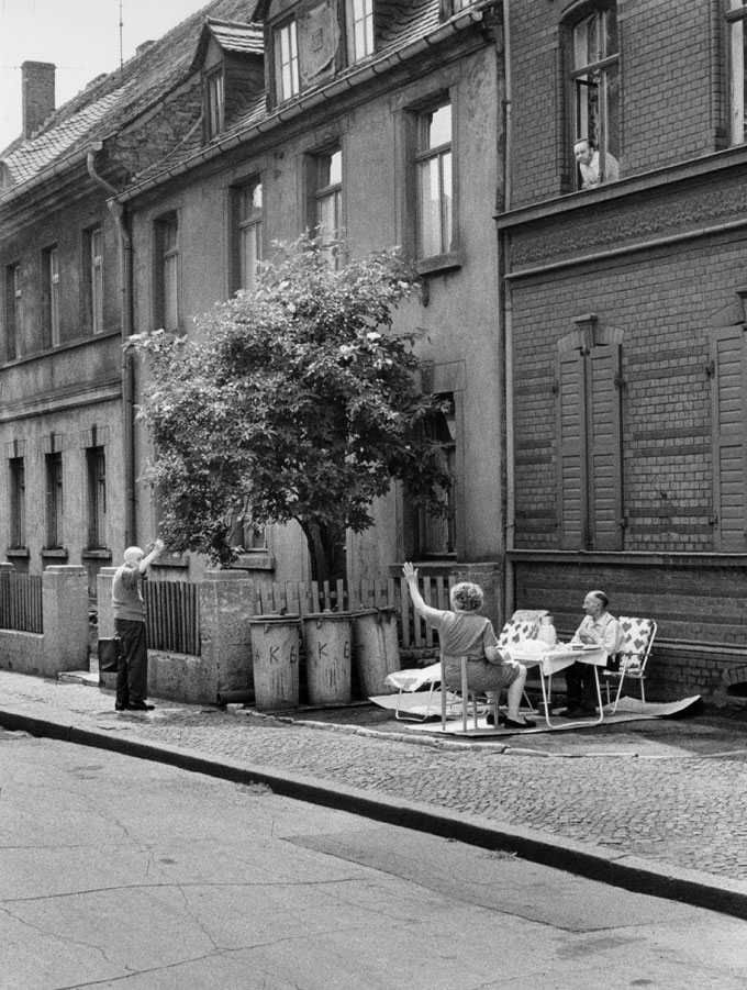 Stiftung-Reinbeckhallen-Roger-Melis-The-East-Germans-Die-Ostdeutschen-09-Roger-Melis-Sonntagnachmittag-Bitterfeld-1974-©-Roger-Melis-Estate
