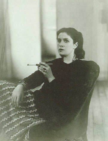 Rogi André (1941) Dora Maar assise dans un fauteuil la main gauche tenant un fume-cigarette levé