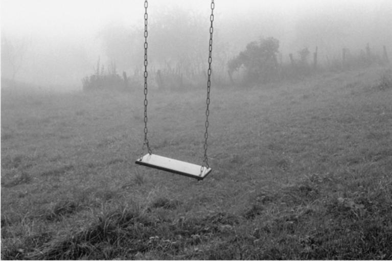 Claude Batho, La balançoire, 1980, black and white photography, unknown dimensions, © Claude Batho