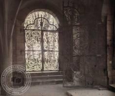 [Intérieur vouté, porte en ferronerie ouvrant sur un jardin], Antonin PERSONNAZ, Entre 1907 et 1936. - 1 photographie positive transparente: verre autochrome, couleur; 9 x 12 cm