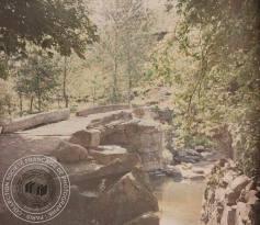 [Petit pont en pierre, rivière, arbres], Antonin PERSONNAZ, Entre 1907 et 1936. - 1 photographie positive transparente: verre autochrome, couleur; 9 x 12 cm